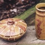 Dose und Vase, Lehmglasuren,  Foto: Sebastian Laraia