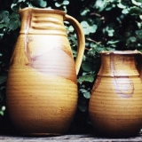 Zwei Krüge, Holzbrand, Lehmglasur, Foto: Sebastian Laraia