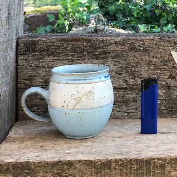 Ansicht der Tasse eins mit Vergleichsgröße: die Tasse ist ein Stück höher , und etwa so breit wie die Höhe eines handelsübliches Feuerzeugs. Tassen 1-4 sind etwa gleich groß.